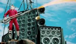 Als Gitarrist von Mad Max verkleidetGittarist Cosplay Mad Max Fury Road